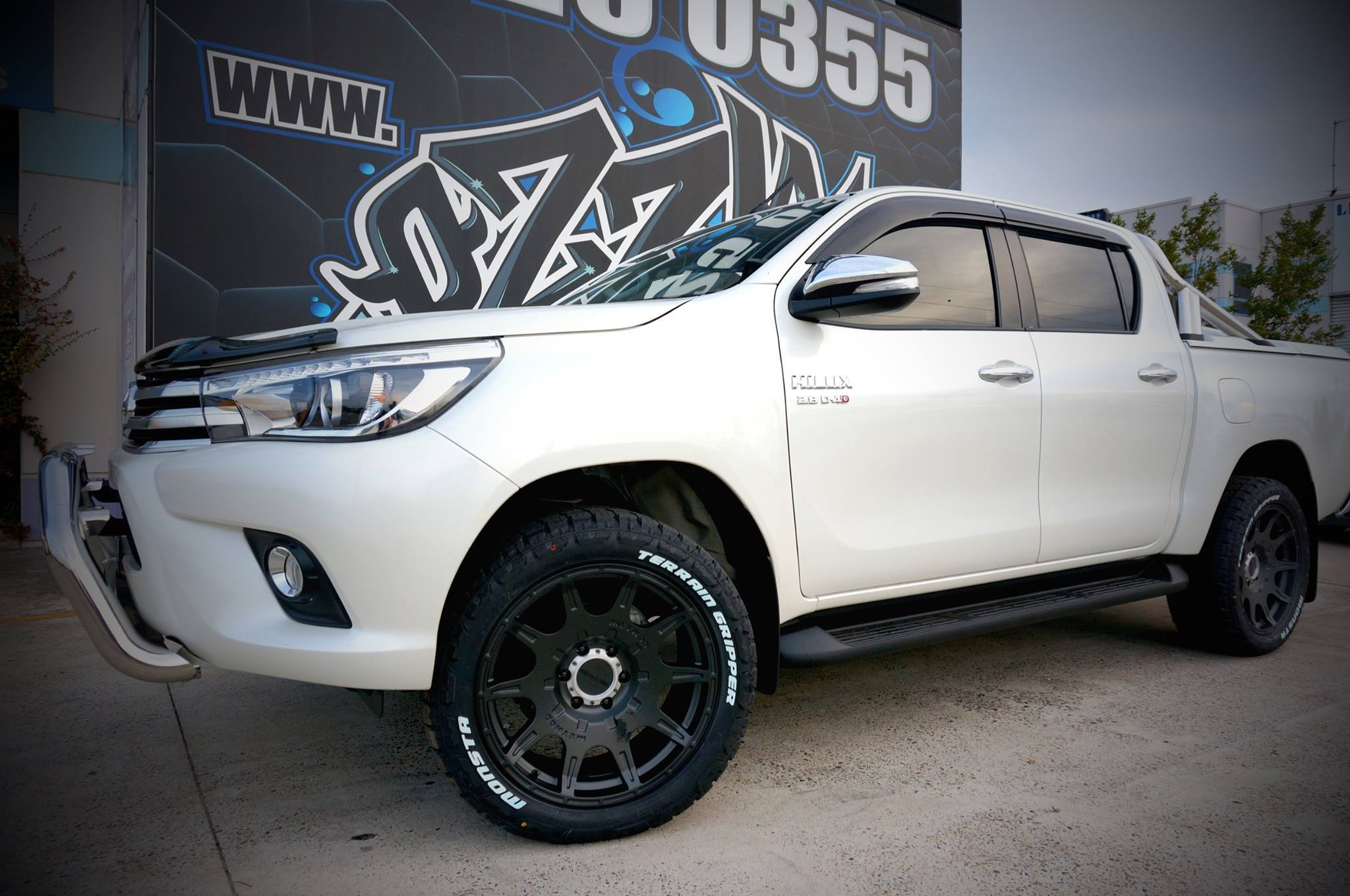 white-hilux-with-method-race-wheels-4x4