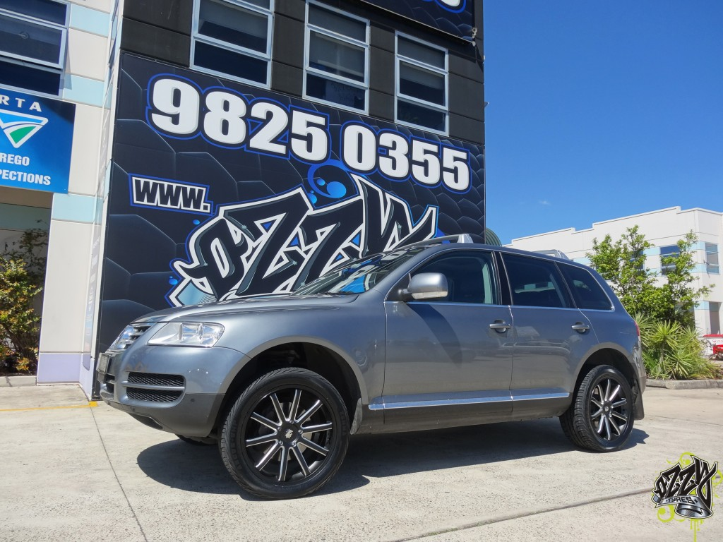 10651 Volkswagen Tiguan with Touchdown SLCC1 in Matte Black Machined Accents