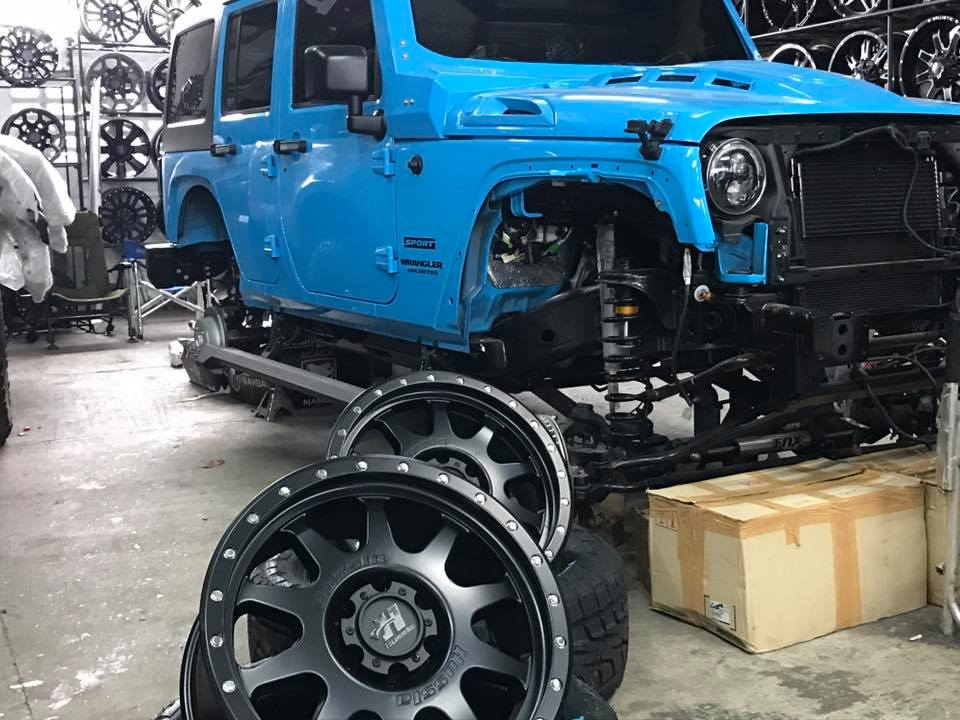 jeep-being-fitted-with-4x4-accessories